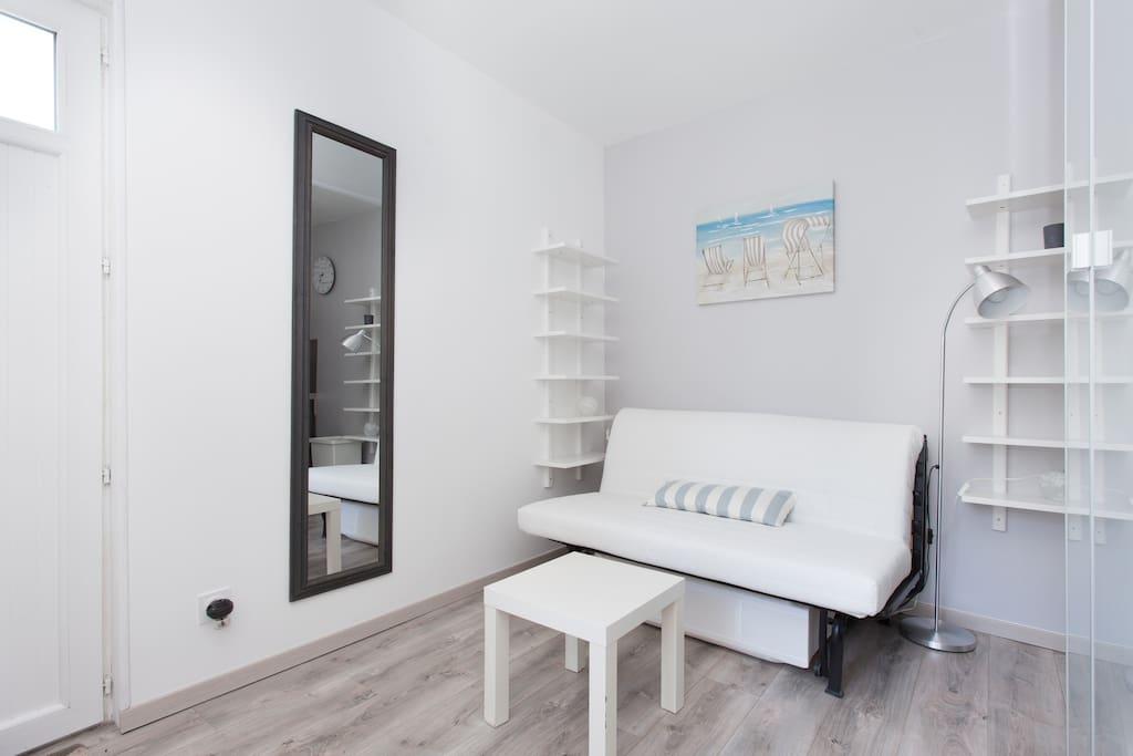 Une studette lumineuse et confortable, avec un canapé lit en 140 cm