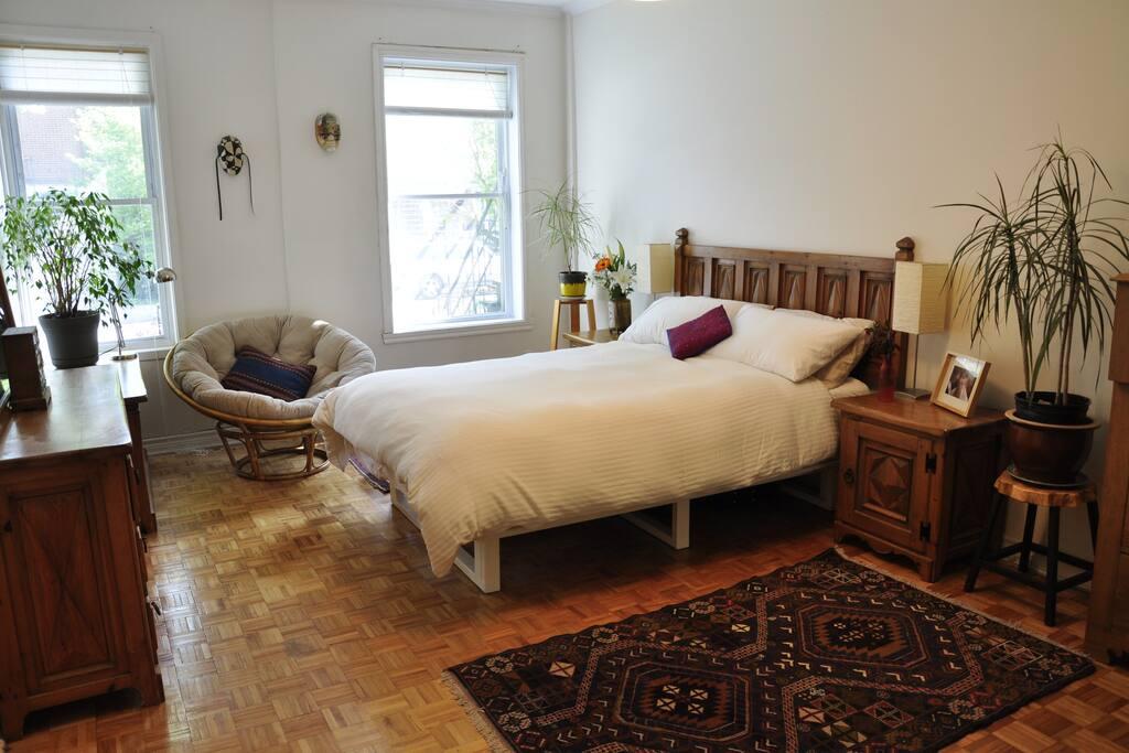 The master bedroom has an en suite bathroom. Spacious and bright.
