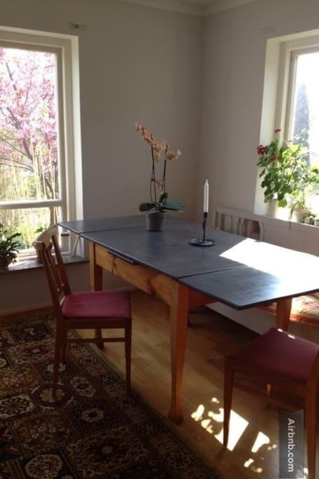 Vardagsrummet med matplats
