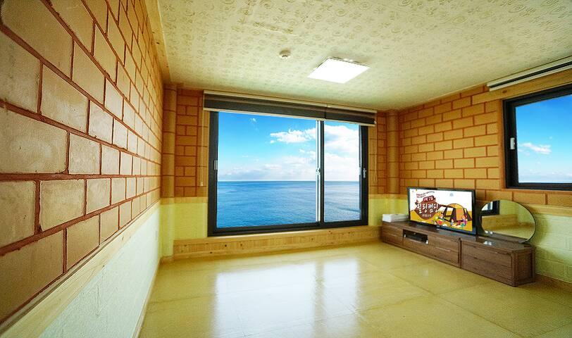 큼직큼직한 벽면과 큰 창으로 변산반도가 한 눈에 들어오는 객실 대나무(온돌)