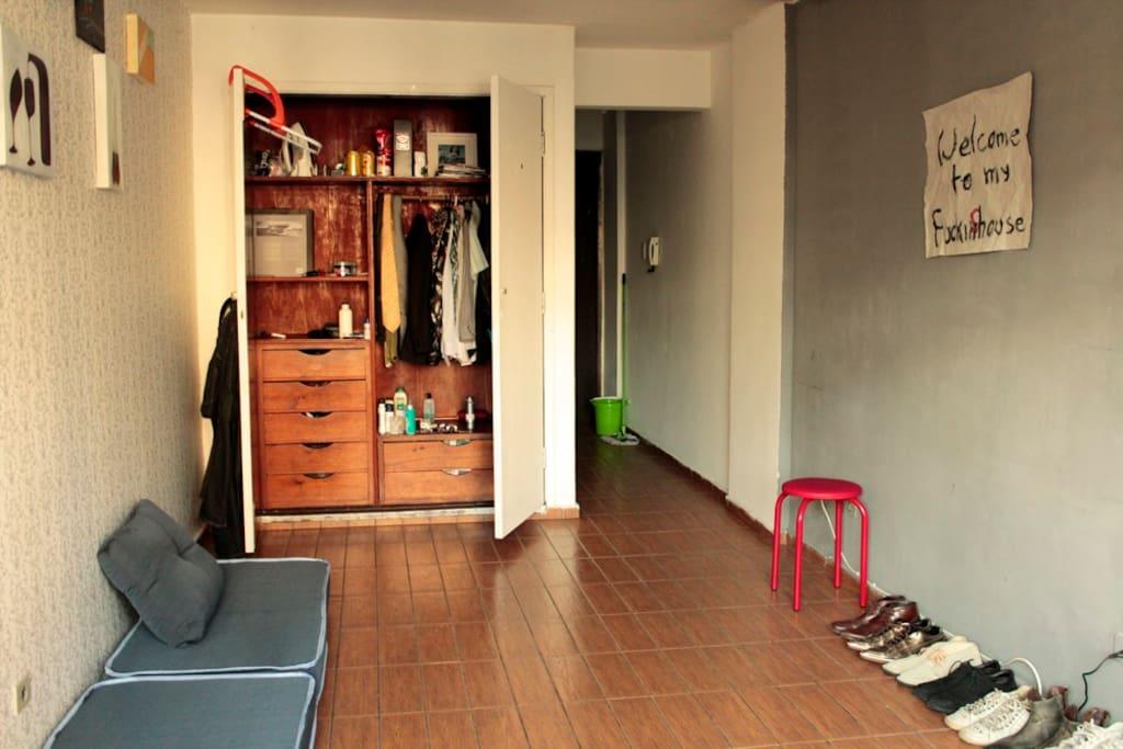 Colchão dobrável. Pufe ou cama. O espaço pode ser reconfigurado para ficar mais cômodo.