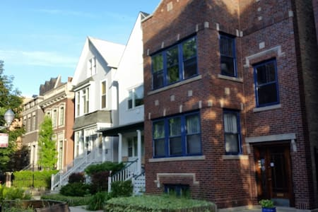 Classic Chicago Lakeview 2 Bed Apartment - Chicago