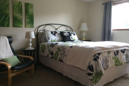 Haven of Rest: Lovely Queen Bedroom - Lynden - Rumah