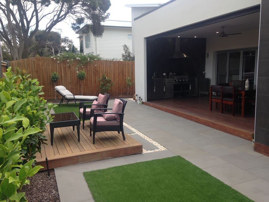 Private courtyard superbly located to beach, dining, shopping and best of Torquay