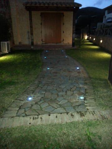 Graziosa Villetta con giardino - Chia - Dům