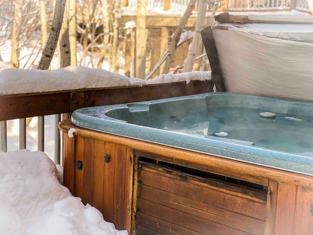 Private Hot Tub**3 Min Walk to Ski/Base**Sleeps 6