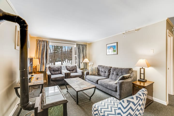 Relaxing condo with shared hot tub and pool, full kitchen, WiFi, and DVD player!