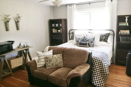 Charming room in Vintage Farmhouse (private entry) - Medford