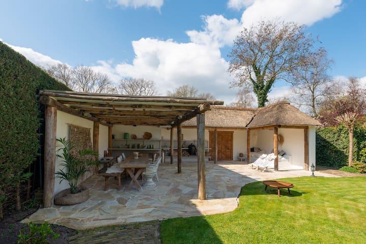 Hippe studio in Bergen met een tuin, veranda en barbecue