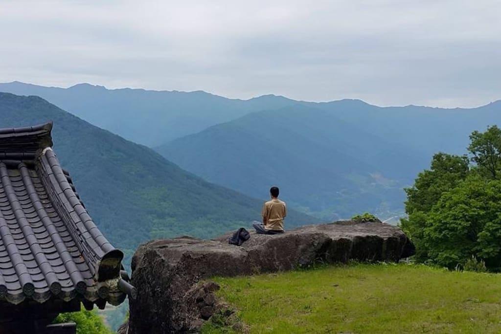 잡 맞은편 차로 10분 거리의 산에서 바라본 숙소쪽 풍경 입니다
