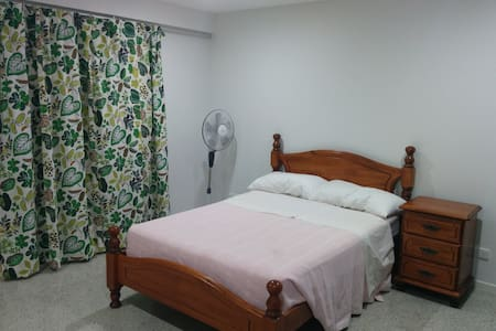 Large room, private entry & ensuite, kitchenette! - Woolloongabba - Rumah