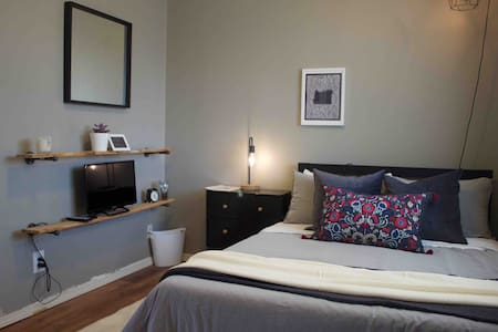 Snug Solo Abode - Self Check In & Free Parking
