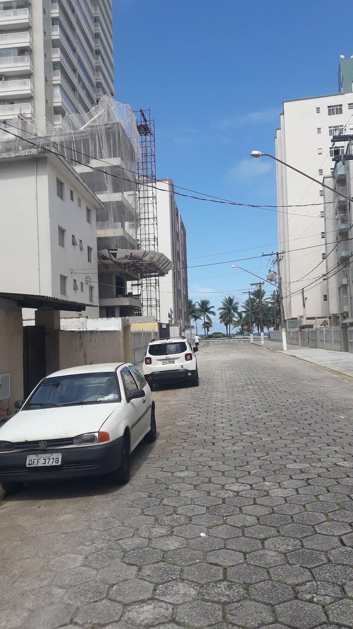 Ap.na quadra da praia em Praia Grande c/estacionam
