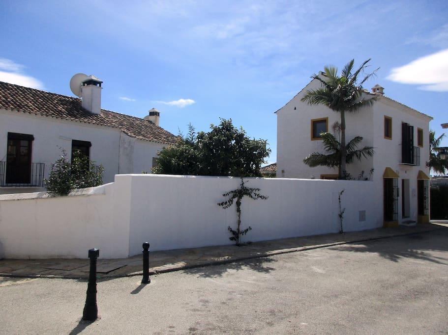 Fachada y lateral de la vivienda (Zona de jardín)