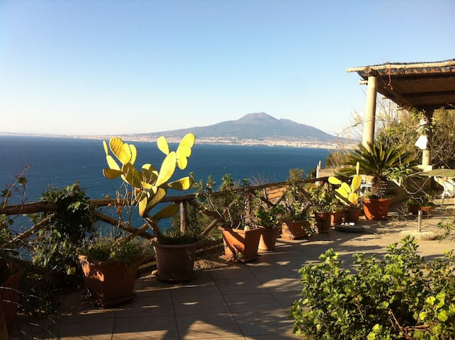 piccola villa nel verde  sul golfo di Napoli - Vico Equense - Haus
