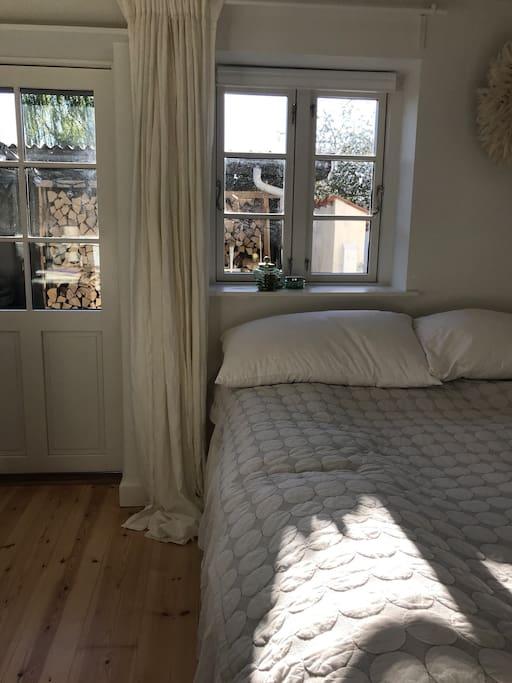 Soveværelse med egen udgang til gårdhave.