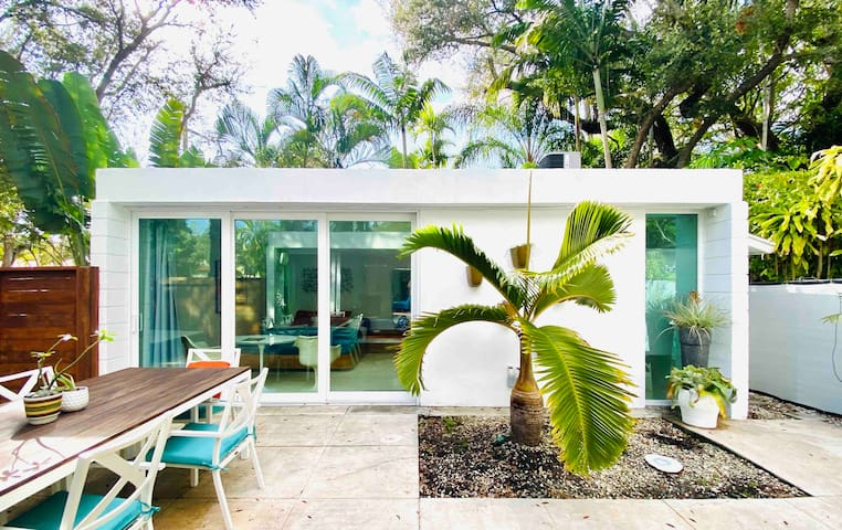 Mid Century Modern Guest House in Coconut Grove