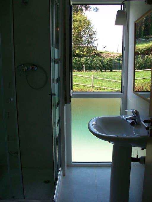 baño con vistas al jardin
