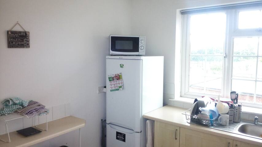 Large double bedroom available in Lenton bill inc