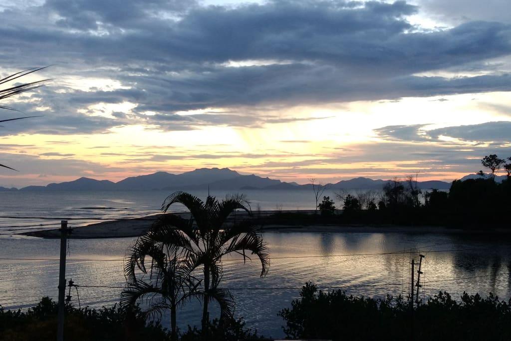 A foz do Rio Mambucaba com o mar, ao fundo as montanhas da Ponta da Joatinga.