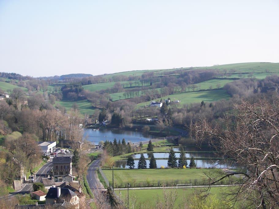 vue sur le lac et la campagne boisée