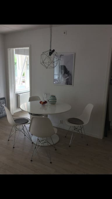 A cosy, round table where you can enjoy all meals. In the corner of the kitchen-livingroom