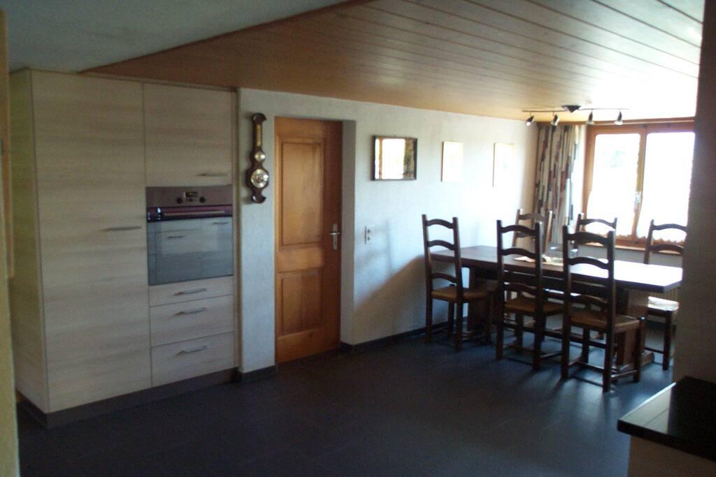 grosser Esstisch in neuer, moderner Wohnküche