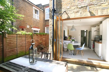 Stylish house close to river thames - London