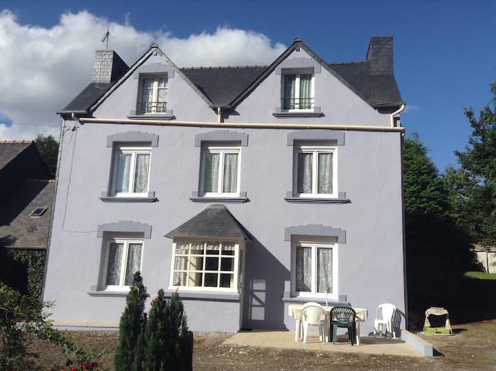 Maison bretonne aux grands espaces verts