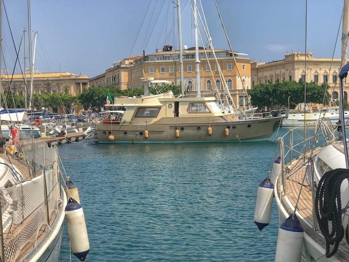 Yacht d'epoca ad Ortigia...