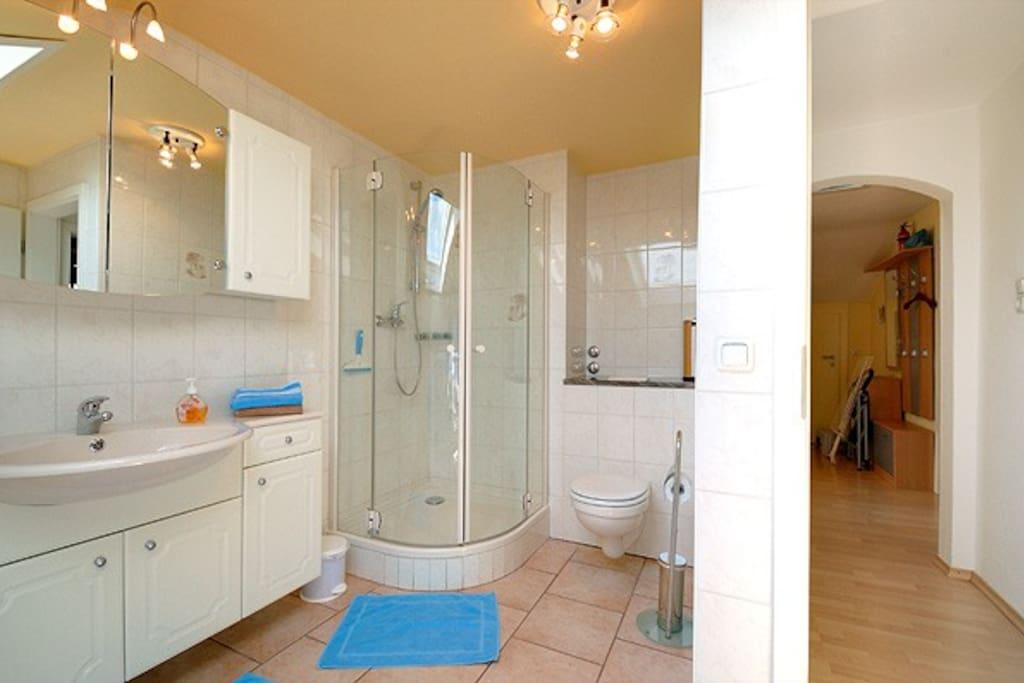 Unser geräumiges Bad mit ausreichend Handtücher, Badeteppiche und Föhn