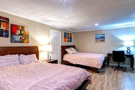 有独立卫生间的两个大床的套房! - La Puente