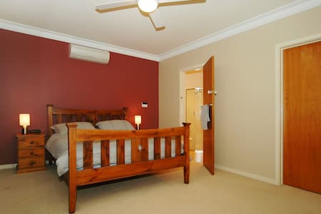 Guest Suite with Queen Bed - Gooseberry Hill