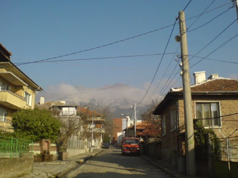 The nearby street to the cenre and the mountain