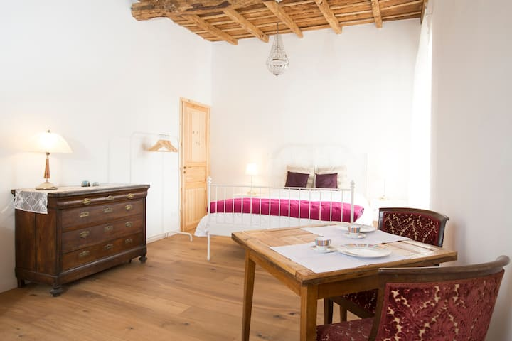 A big, bright room in a farmhouse. - Morimondo - Penzion (B&B)