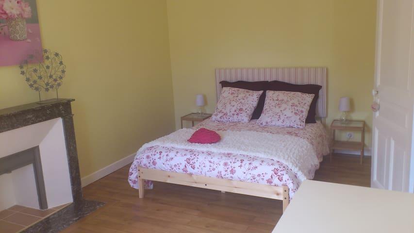 La seconde chambre se trouve au 1er étage. Il reste d'origine le parquet chêne, un grand placard et une cheminée en marbre...