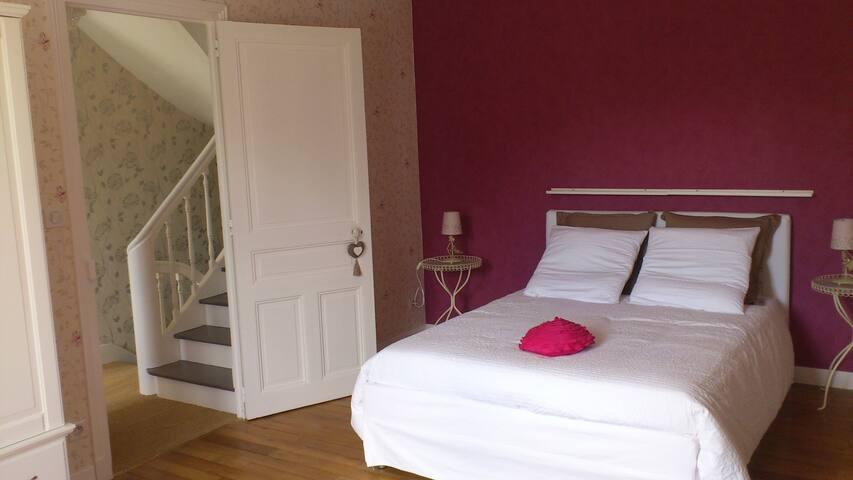 La première chambre se trouve au 1er étage. Elle est spacieuse (20 m2). Il reste d'origine le parquet en chêne et une cheminée en marbre... sans oublier la vue sur l'indre et le jardin.