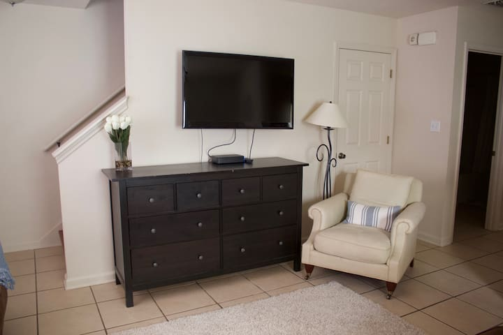 wall mounted tv / easy chair