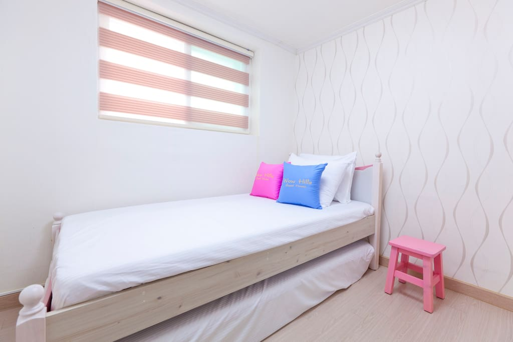 -. Single Room(1 Single bed + 1 single mattress for the additional 2nd guest)