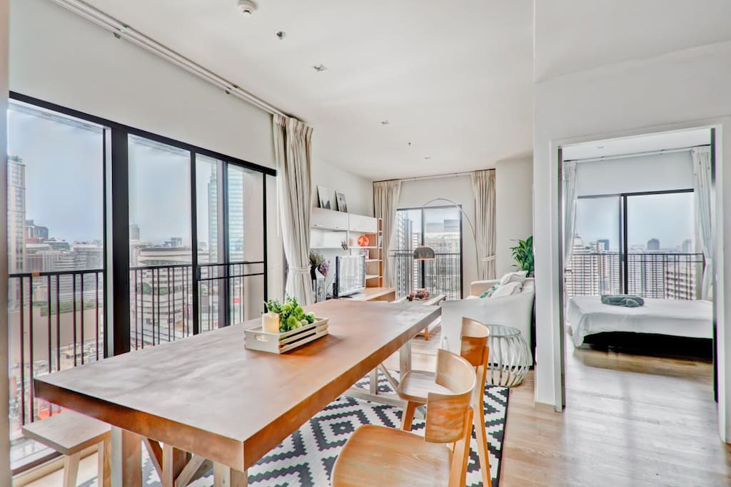 Spacious condo with a panoramic view of the city from the 24th floor.