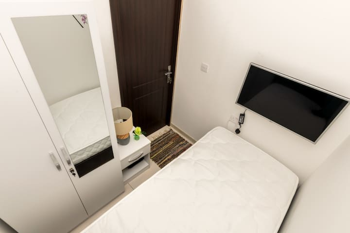 Thrift Single Room in Dubai Marina for one Man.