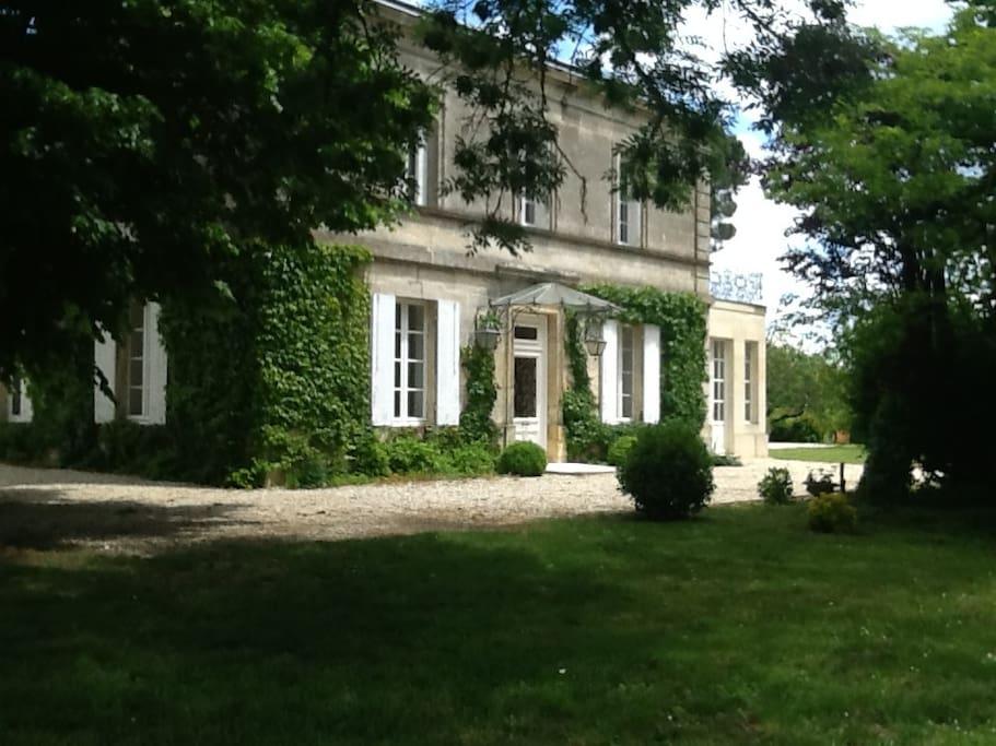 belle demeure au milieu des vignes maisons louer saint caprais de bordeaux aquitaine france. Black Bedroom Furniture Sets. Home Design Ideas