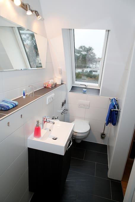 Clo und Dusche mit Fenster