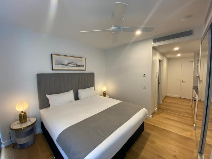 Deluxe Studio with Parking & Wifi in South Bank