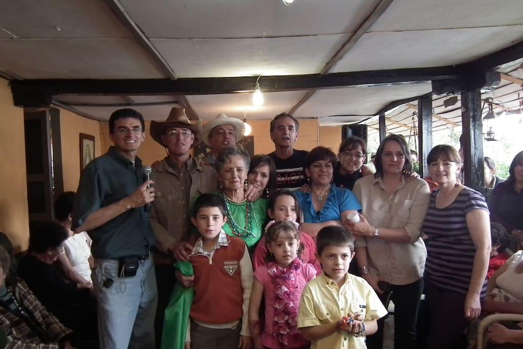 PARTE DE MI FAMILIA EN EL CUMPLEAÑOS DE MI MADRE.