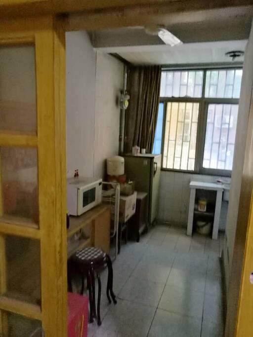 连接客厅和书房的过道里有微波炉可以使用