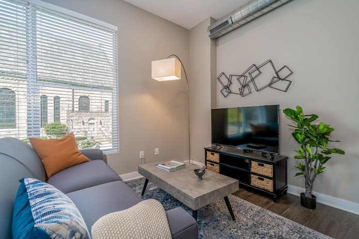 Kasa Des Moines | 1BD with Full Kitchen + Contactless Check-In | Downtown