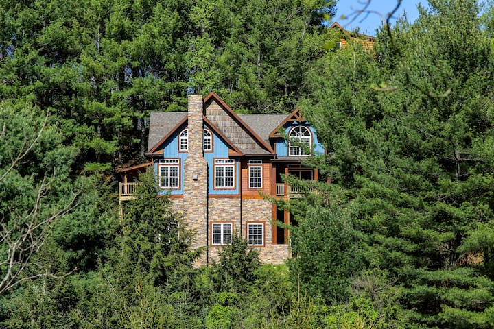 A Mountain Dream - 3 mi from Downtown Boone with hot tub & pool table!