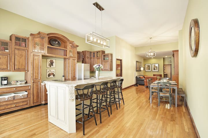 Jaunt|Beautiful Family Home w/Parking|Lincoln Park