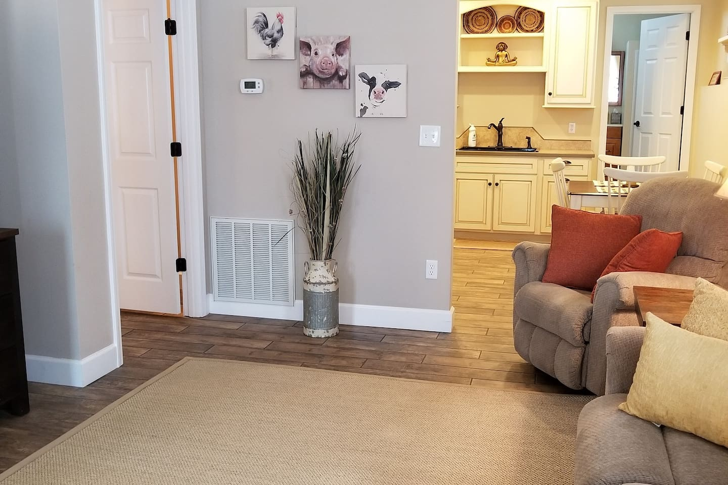 Beautiful newly constructed apartment. Tile floors, Amish built kitchen